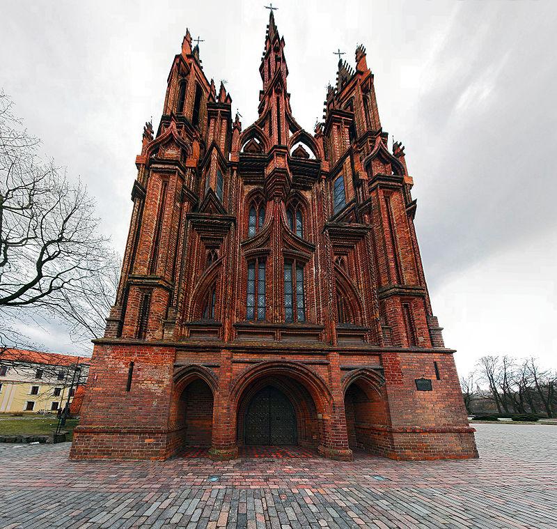 Главный фасад костела Святой Анны, Вильнюс