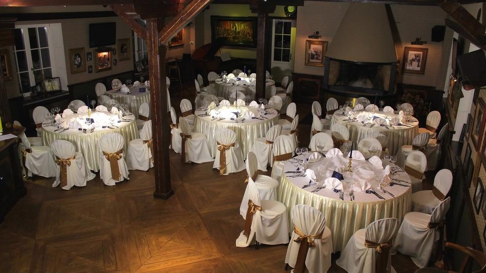 Красиво оформленные столы, ресторан Old green house