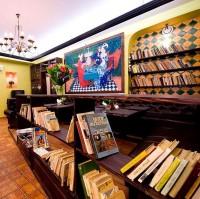 Стеллажи с книгами, ресторан AULA, Вильнюс