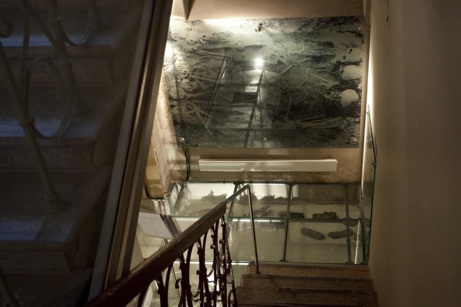 Лестница, ведущая в подвал, где производились расстрелы