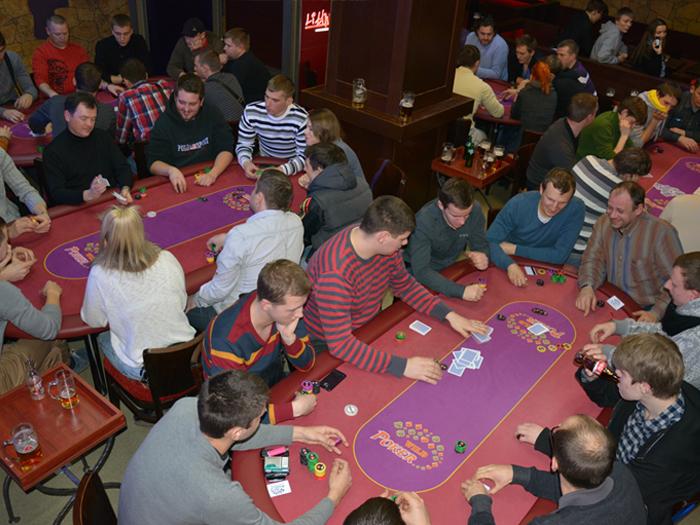 Покерный стол в клубе