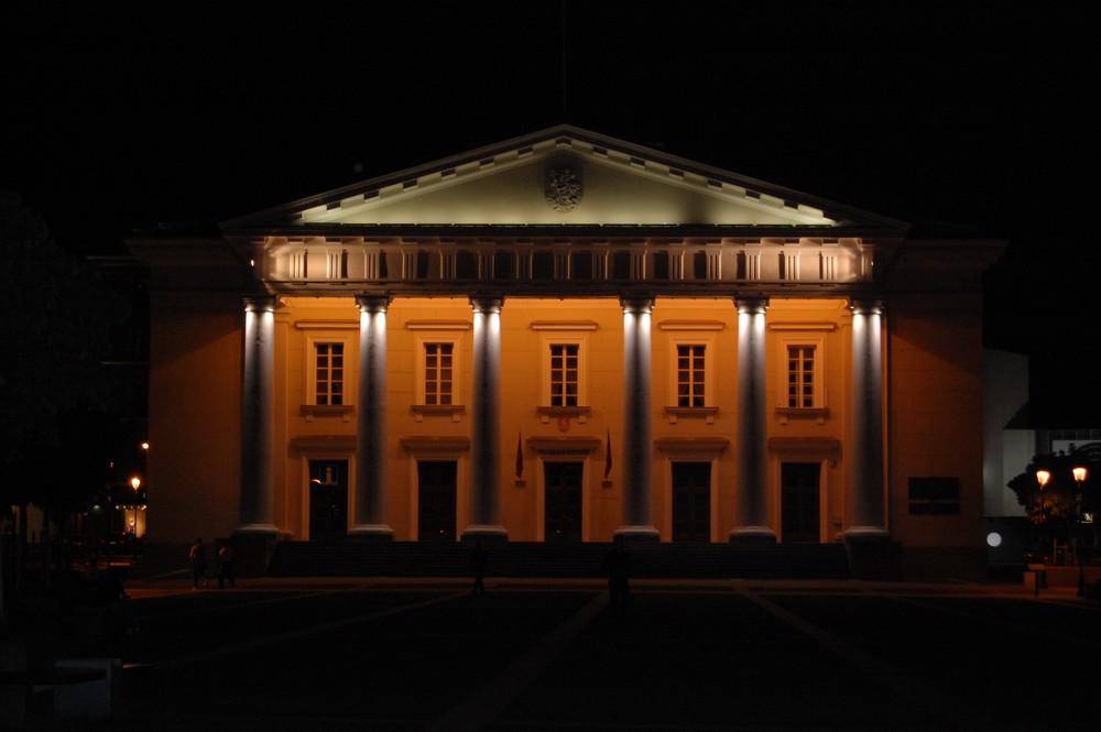 Городская ратуша в Вильнюсе, ночь, подсветка