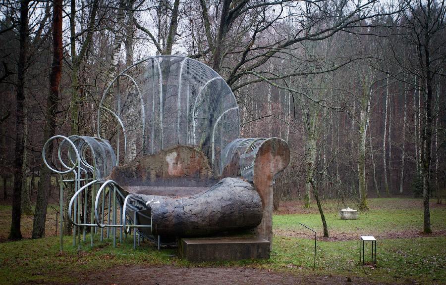 Скульптура кресло, парк Европы