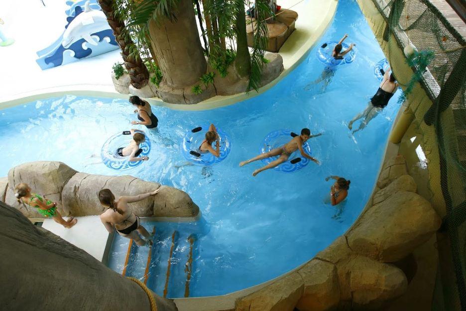 Дети и родители, вид сверху, маленький бассейн