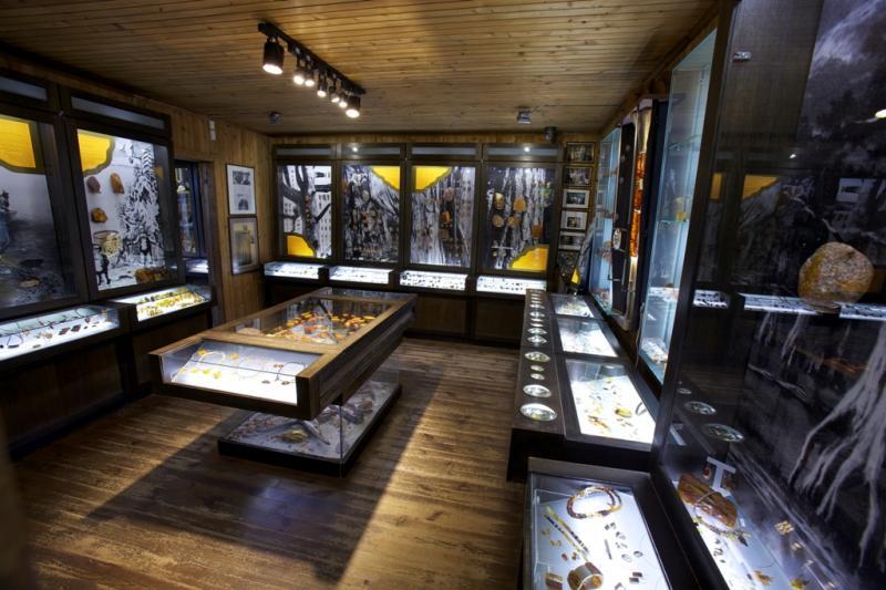 Интерьер одного из залов музея янтаря в Вильнюсе
