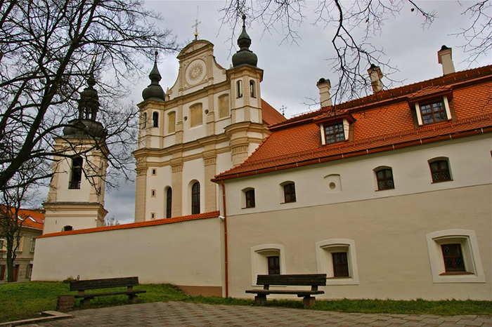 Костел Святого Михаила - вид сбоку