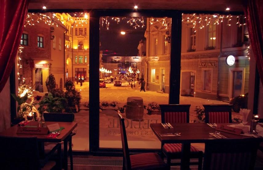 Ресторан ночью изнутри