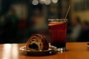 Кафетерий «Gyva planeta», десерт, чай, булочка с маком