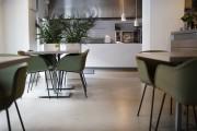 Интерьер ресторана Sweet Root в Вильнюсе, столы и стулья